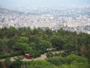 Im Hintergrund liegt Tiflis